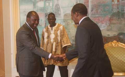 Une poignée de main entre le Blaise compaoré et Zéphirin Diabré qui augure un dialogue politique au Burkina Faso