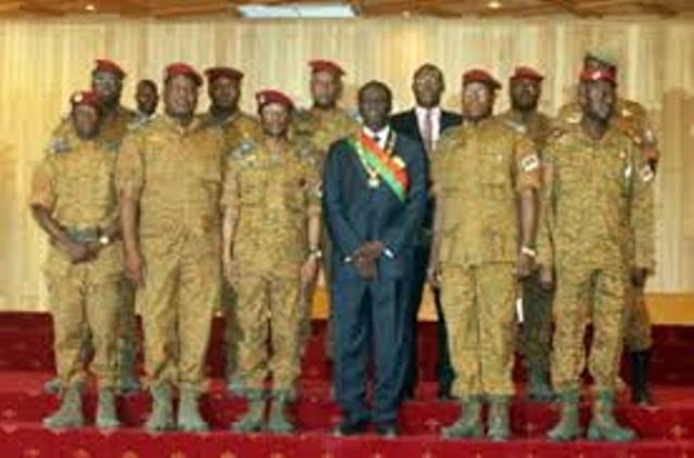 Les president de transition, Michel Kafando, en compagnie des représentants de l'armée