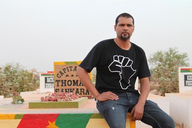 Crédit photo : Yanick Létourneau  Le rappeur Smockey sur la tome du capitaine Thomas Sankara