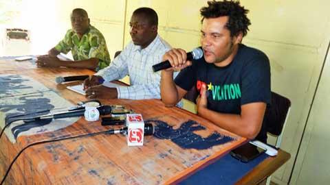"""Photo/lefaso.net L'artiste Smockey (micro) à l'annonce de sa champagne """"après ta révolte, ton vote"""""""